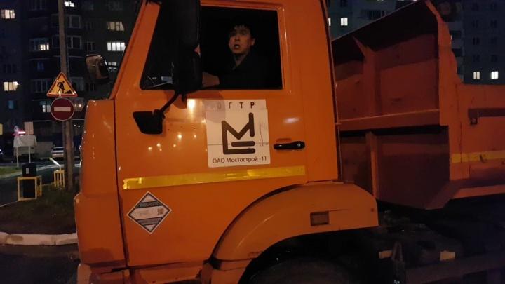 Самовольно отодвинули блоки и ездят: тюменцы жалуются на работников компании «Мостострой-11»