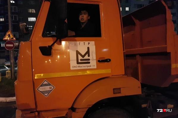 Водители тяжелой спецтехники сокращают себе путь, не обращая внимание на дорожные знаки