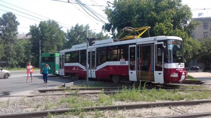 Пассажиров высадили из сломавшегося трамвая