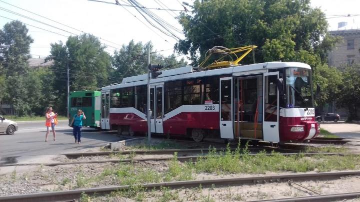 Рога отвалились: на Сибиряков-Гвардейцев сломанный трамвай заблокировал движение