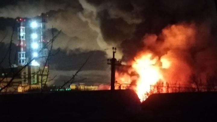 Отгоняли машины и перекрывали дорогу: на Дамбовской сгорел мебельный цех