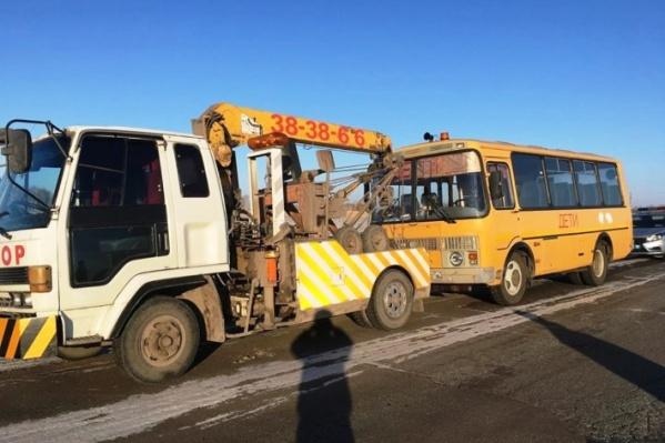 Также в школе с нарушениями проводили техническое обслуживание самого автобуса