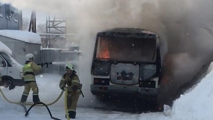 «Сгорел на работе»: в Уфе сняли на видео, как спасатели тушат полыхающую маршрутку