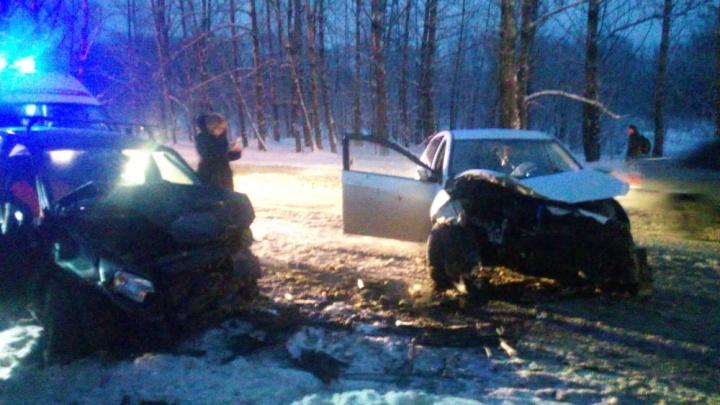 Разворотило морды обоим седанам: пострадавших в утренней аварии увезли на скорой