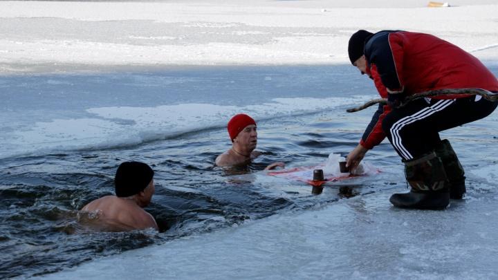 87-летняя омичка окунулась в Иртыш: фоторепортаж о Дне моржа