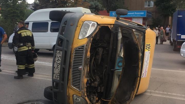 «Девушку доставали через люк»: в Волжском перевернулась вылетевшая на перекресток маршрутка