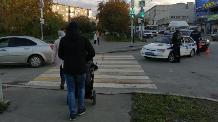 В Первоуральске иномарка сбила 10-летнюю девочку, которая переходила дорогу на зелёный свет