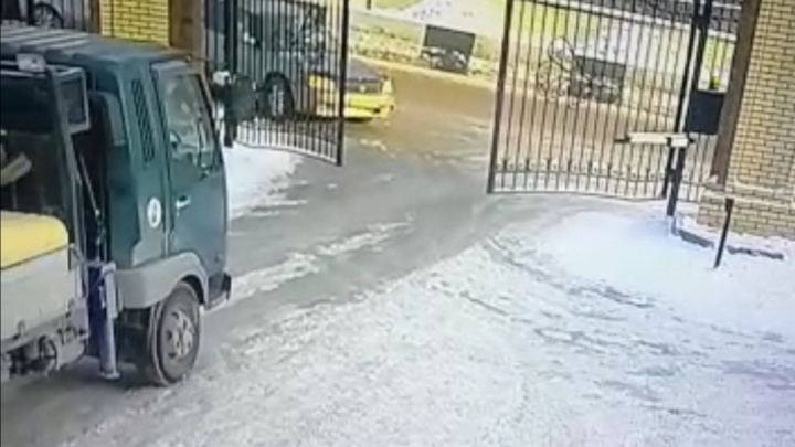 Чудесное спасение водителя в Новосибирске попало на видео: еще бы секунда, и его придавило кирпичами