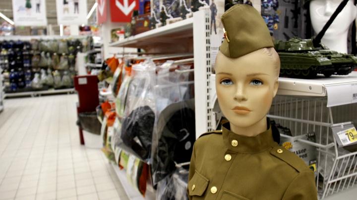 Война на прилавках: магазины Новосибирска завалили подарками к 23 февраля