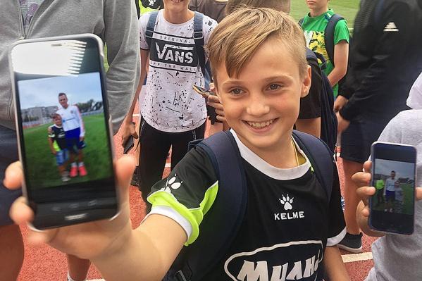 Волгоградцы сделали селфи со звёздами сборной под завистливые взгляды ростовских мальчишек