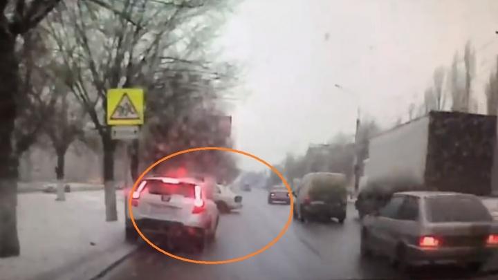 Авария на проспекте Жукова в Волгограде попала на запись видеорегистратора