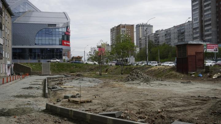 На месте вырубленных деревьев на Кошурникова нашлось место для парковки