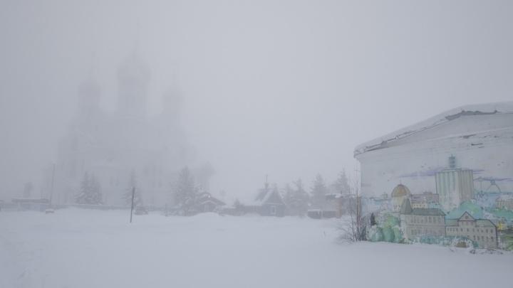 Не выйти из сумрака: смотрим фотографии затянувшегося на целый день тумана в Архангельске