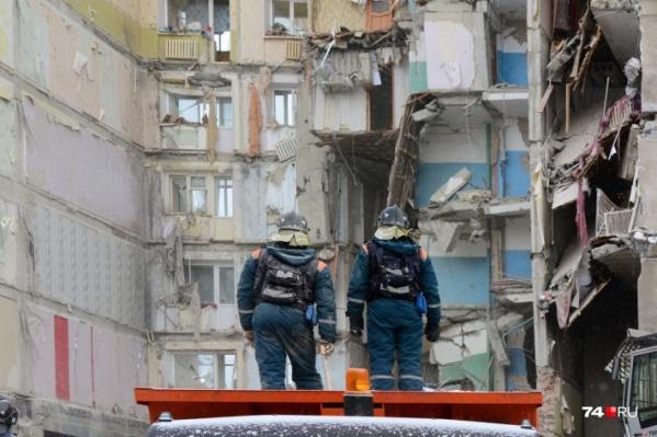 Несколько дней спасатели разгребали завалы после взрыва, причины которого официально никто так и не назвал