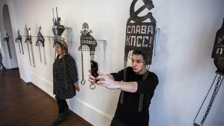12 странных и легендарных работ с выставки иронического искусства в Новосибирске (есть даже меховой Ленин!)