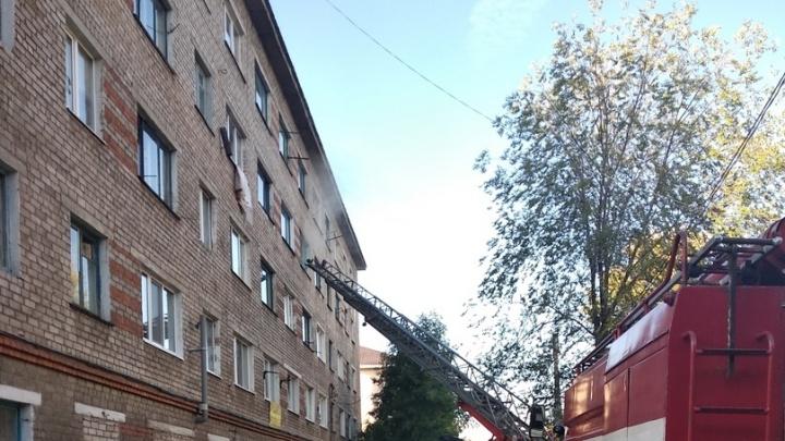 В Стерлитамаке загорелась квартира в общежитии: пожарные справились с огнем за полчаса