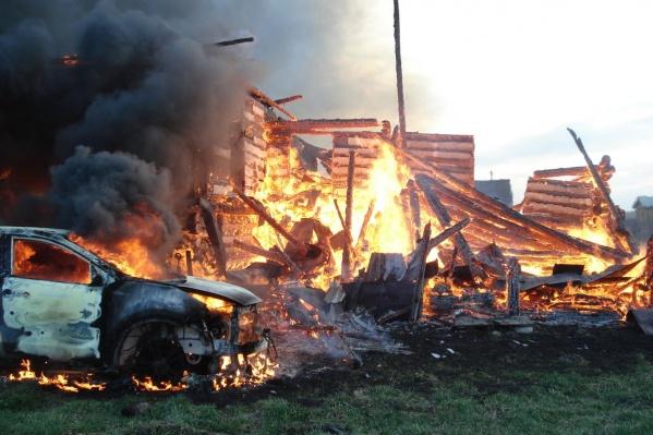 Огонь полностью уничтожил дом и авто