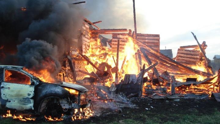Полыхали и дом, и машина: сильный пожар в Ярославской области тушили почти семь часов