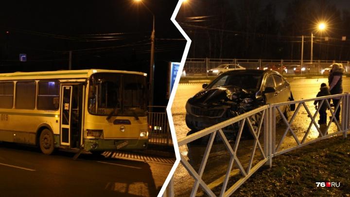 «У легковушки разворотило капот»: в Ярославле пассажирский автобус попал в ДТП