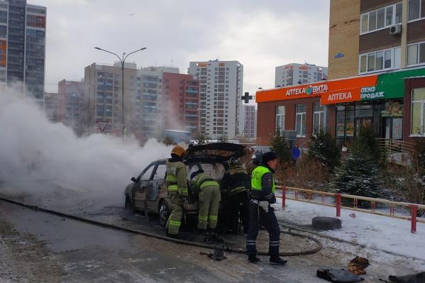 Пожарным осталось только потушить обгоревший корпус иномарки