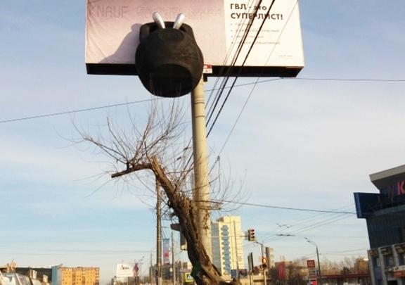 Гиря, повисшая на рекламном щите: громадина над проезжей частью всполошила челябинцев