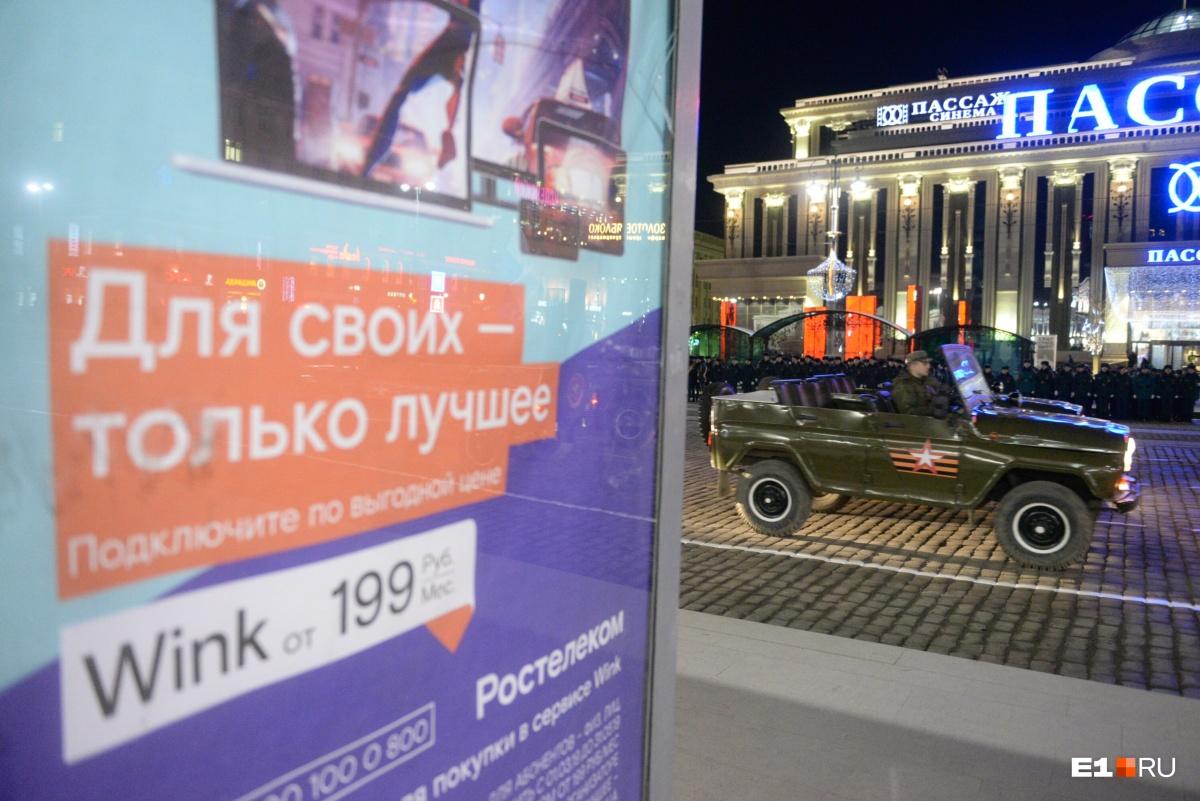 По Ленина проехали УАЗы, в них, обычно, по площади провозят ветеранов