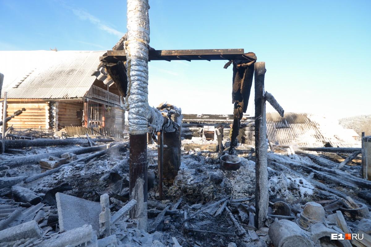 Строили 20 лет, потеряли за пару часов: репортаж из села, где сгорела знаменитая мастерская гончаров