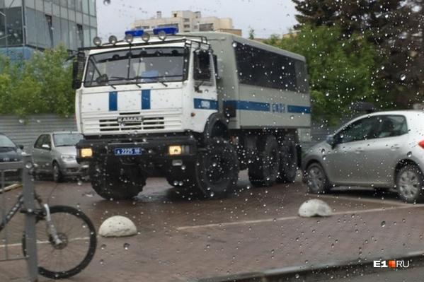 К скверу у Театра драмы приехали полицейские и ОМОН