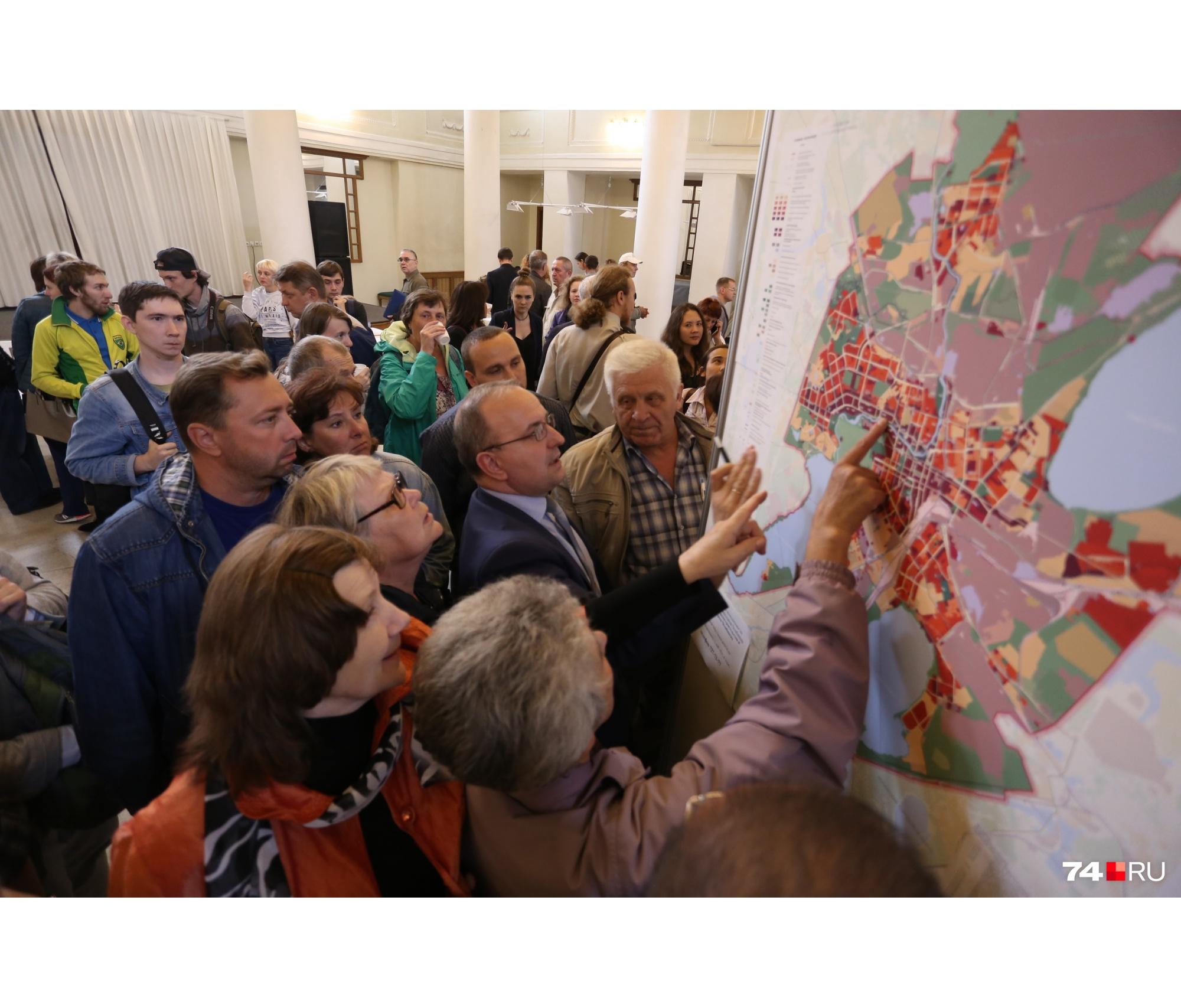 Вывешенные в фойе карты сразу вызвали большие вопросы у участников слушаний