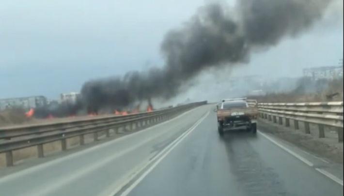 «Ищите объезд — опасно»: природный пожар подобрался к проспекту в Челябинске