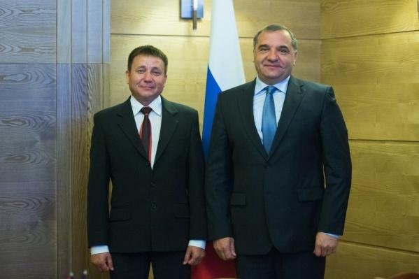Радик Галимуллин (слева) на встрече с министром МЧС России Владимиром Пучковым