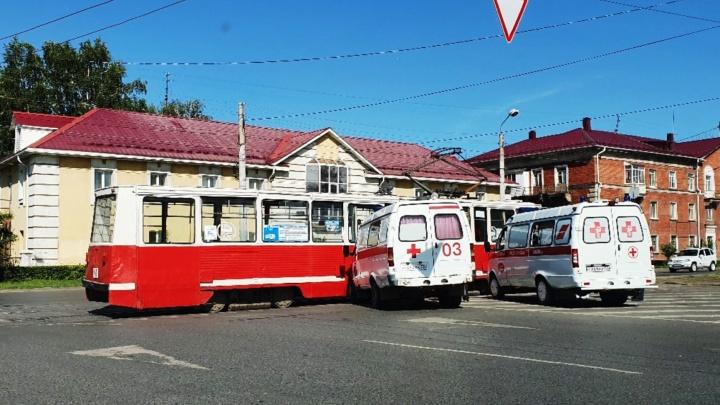 На Богдана Хмельницкого машина скорой помощи врезалась в трамвай