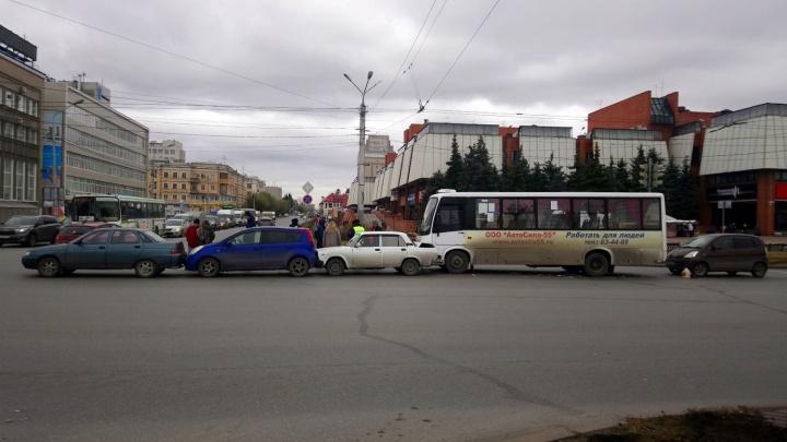 Столкновение трёх машин и автобуса стало причиной километровой пробки в центре