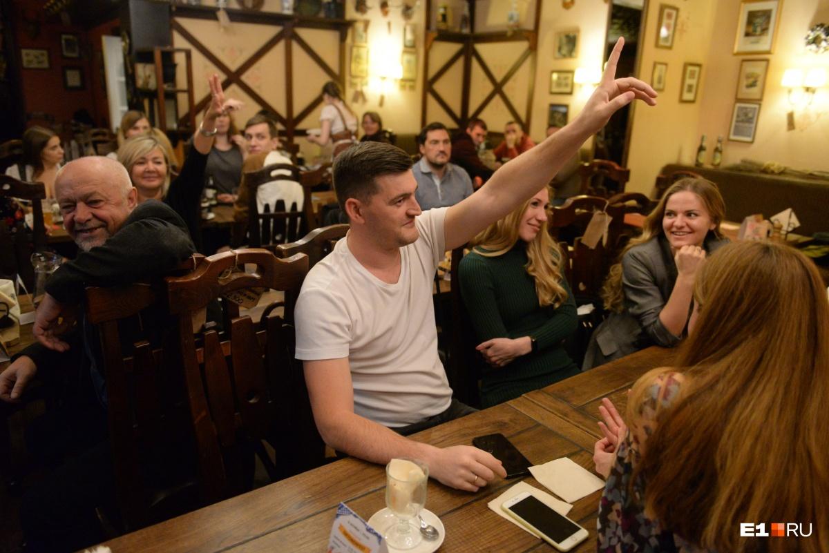 С рогами — на выход: ресторан RatsKeller перед закрытием распродал свой интерьер посетителям