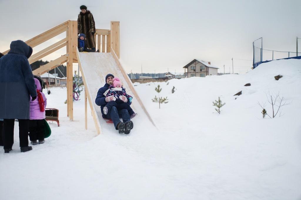 В коттеджном поселке построили несколько ледяных горок и залили каток