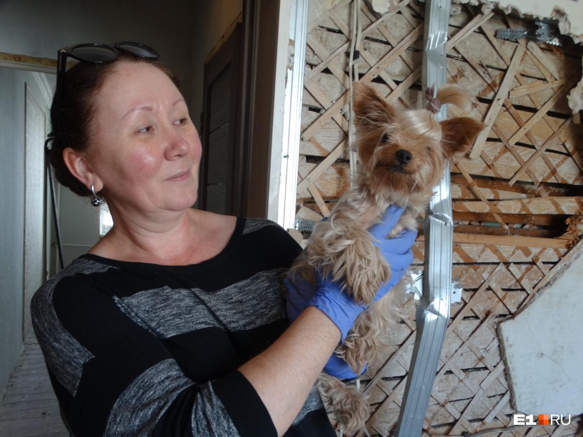 Еще одна спасенная из пожара — собачка по кличке Виши со своей хозяйкой Виталией Матвеевой