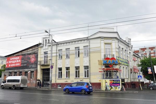 В историческом здании находится караоке и стриптиз-клуб