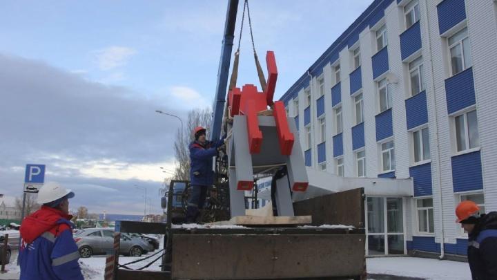 Скандал сгладили рублем: питерский художник разрешил оставить «Красного человека» в Самаре