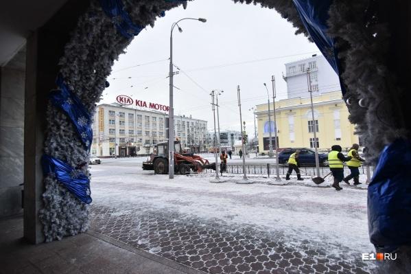 В центре Екатеринбурга много дворников и уборочной техники