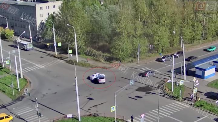 Появилось видео ДТП с полицейской машиной: почему гаишники выскочили на перекрёсток на красный