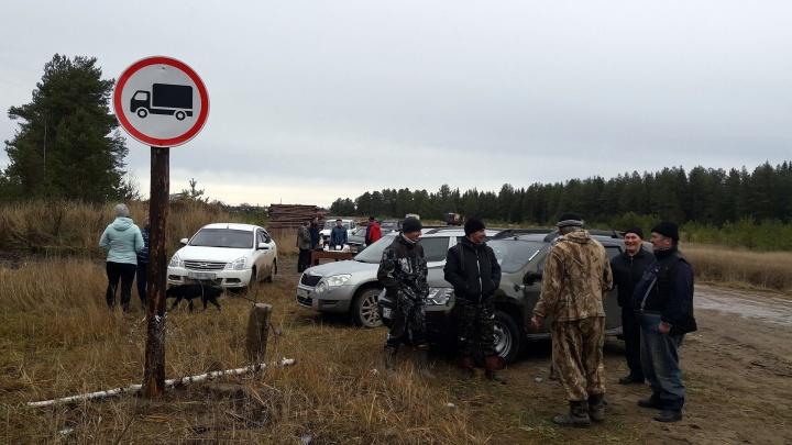 Солидарны с соседями: жители Коми не пускают на Шиес большегрузы с песком