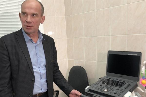 Олег Прокопьев показывает портативный УЗИ-аппарат<br>