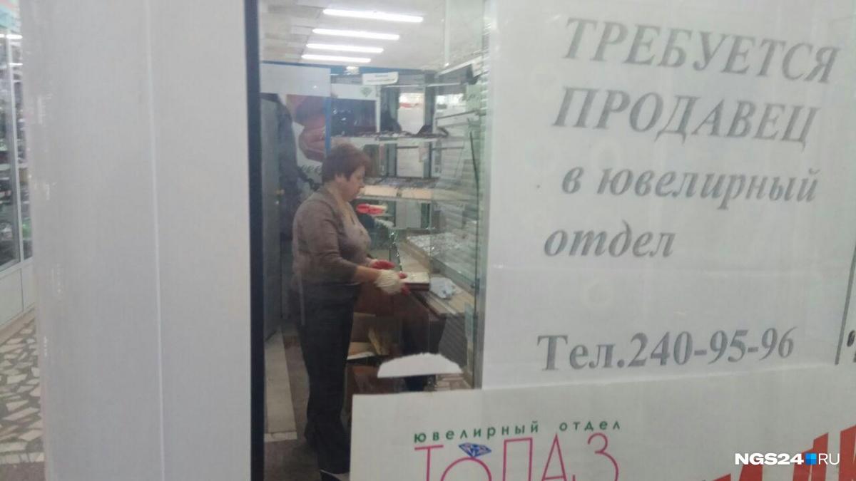 ВКрасноярске налетчики ограбили ювелирный магазин и, избив уборщицу, исчезли