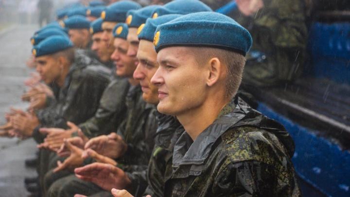 «Празднующие под дождём»: как в Омске отметили очередной День ВДВ