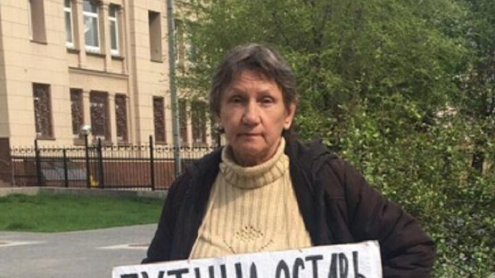 «Мэра-изувера в отставку»: в центре Волгограда малолетки набросились на пикетчицу-оппозиционерку