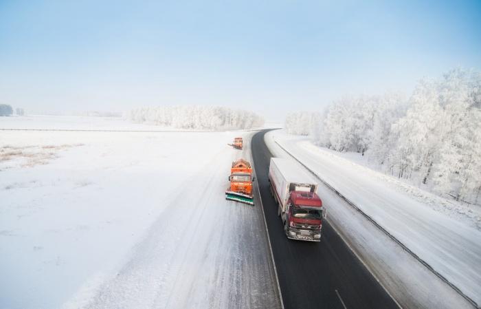 Дорожники патрулировали трассу, когда увидели замёрзший автобус. Один из мастеров пояснил, что во время спасения пассажиров ему было не до фотографий, поэтому фото из архива управления