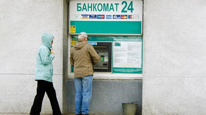 Грабители в масках напали на мужчину у банкомата и забрали 310 тысяч