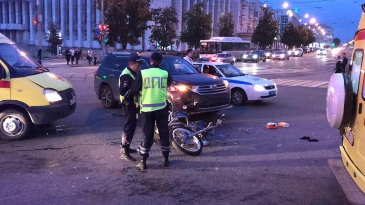 В центре Перми столкнулись иномарка и мотоцикл: два человека пострадали