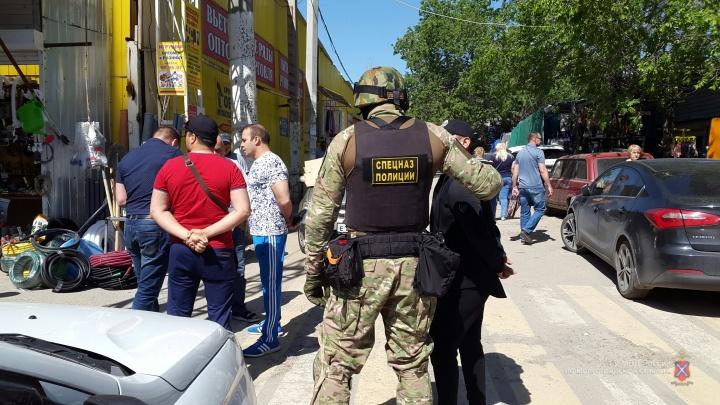 Снова неспокойно: на Тракторный рынок в Волгограде нагрянул спецназ «Гром»