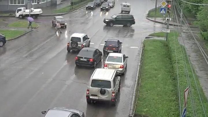 В Омске ищут водителя, который проехал по ноге женщины и скрылся с места происшествия